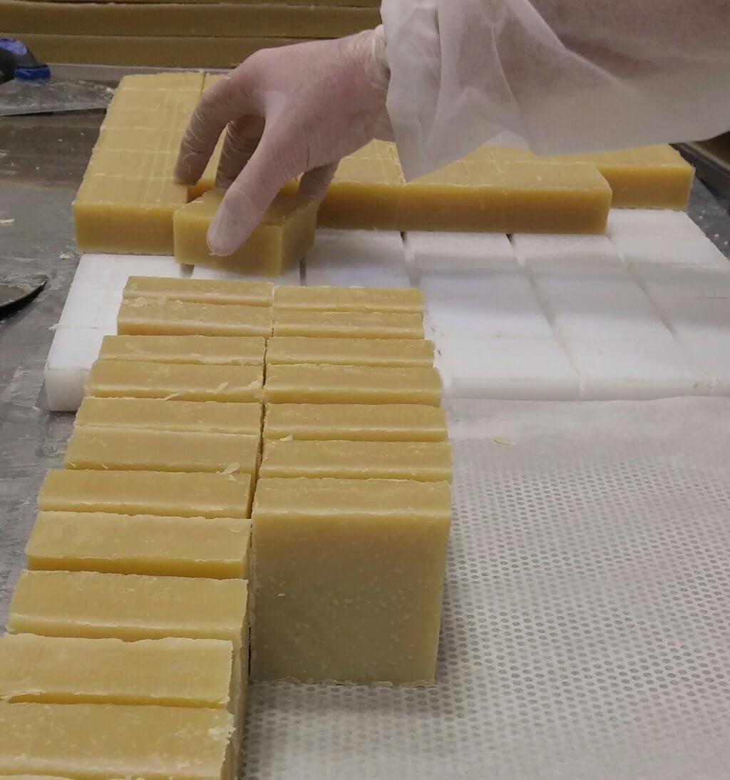 אנחנו מייצרים הכל בעצמנו בעבודת יד אוהבת ומקצועית
