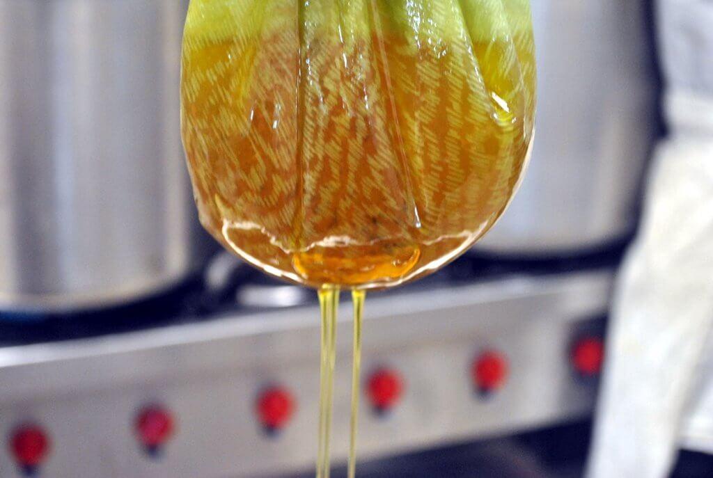 סינון של שמן קלנדולה טבעי