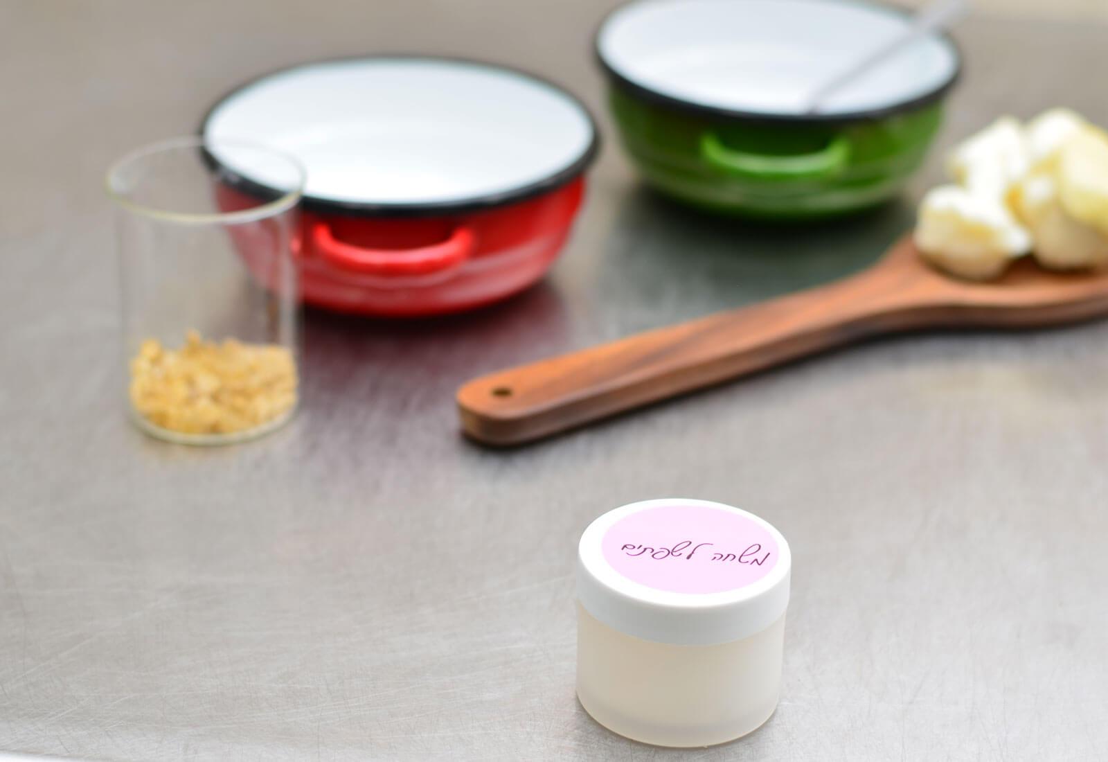 """בואי להכין משחת שפתיים בעצמך! (או: למה תוצרי נפט על השפתיים זה """"לא משהו""""?)"""